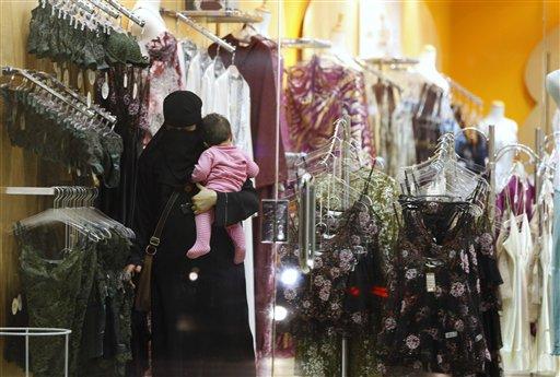 Saudi-woman-breastfeed