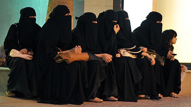 Saudi women wait for their drivers outsi