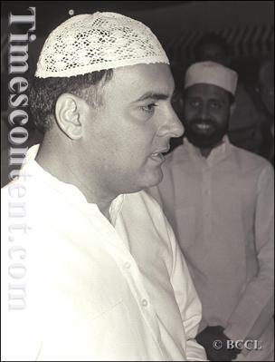 Rajiv Gandhi-with-Muslim-cap-1990