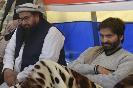 Yasin Malik  sitting with Hafiz Saeed of Jamat-ud-Dawa protesting against the hanging of Mohammed Afzal Guru