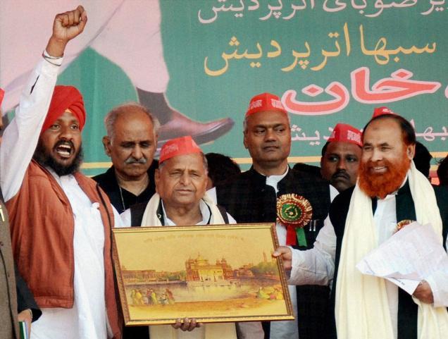 Mulayam again poses as Mulla - hobnobbing with Muslims 2013