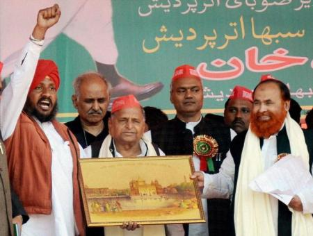 Mulayam again poses as Mulla - hobnobbing with Muslims 2013