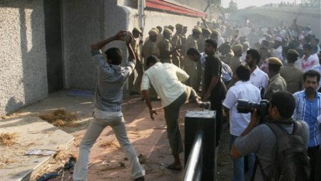 SDPI Muslims attack while others looka at 31-05-2013