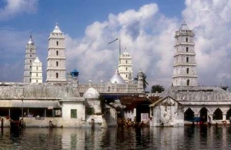 இது கோவில்-குளம் அமைப்பு கொண்ட நாகூர் தர்கா