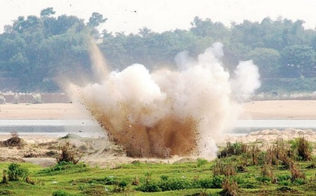Bengal police detonate home-made bombs on the banks of Damodar before central agencies could examine them. Photo-The Telegraph