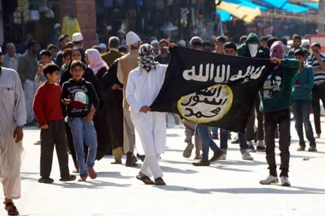 Protesters hold ISIS flag in Srinagar-TOI photo by Bilal Bahadur- October 2014