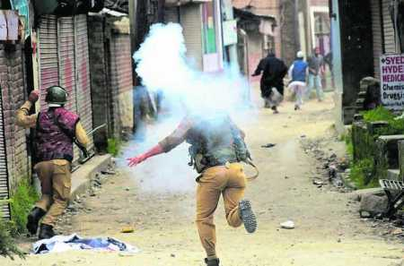 18_Monday_2016_Police acts against the members of Tehreek-e-Hurriyat who were taking out a protest march against the killing of four persons in Handwara