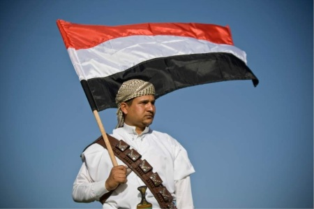 houthi-militant-carrying-flag