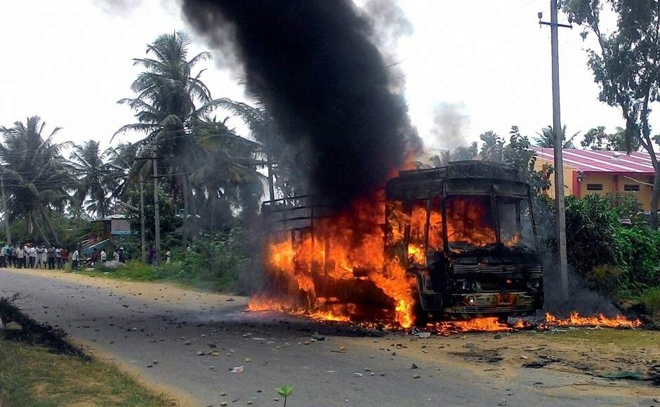 dulagarh-14-12-2016-rioters-in-action-lorry-torched