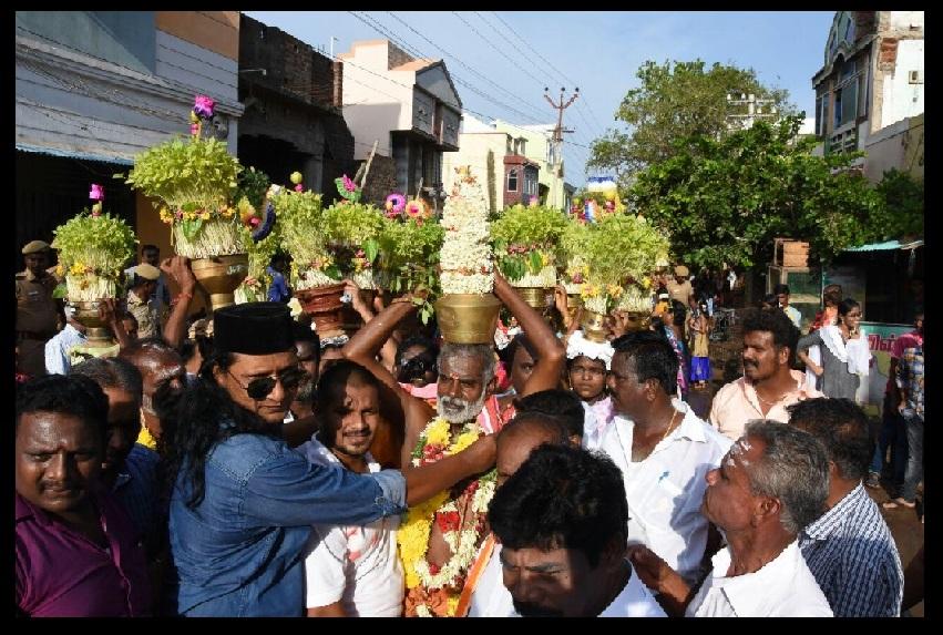 Muslims received Hindus with garlands 03-08-2017-Vikatan