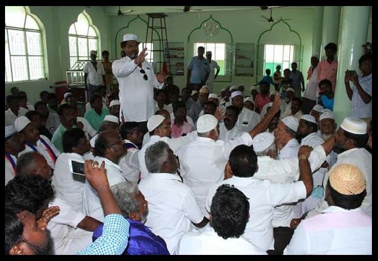 Thiruma meets Muslims-at Bomminaicketpatti-with skull cap 12-05-2018